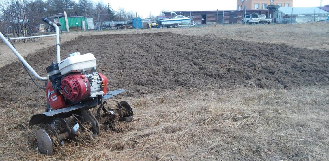 Вспашка земли с помощью мотоблока