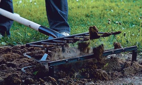 Работа ручным рыхлителем почвы