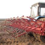 Обработка почвы с помощью навесного  культиватора